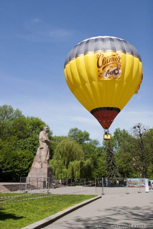 Памятник Ивану Франко и реклама шоколада