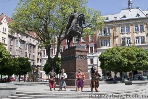 Памятник Данилу Галицкому и козаки