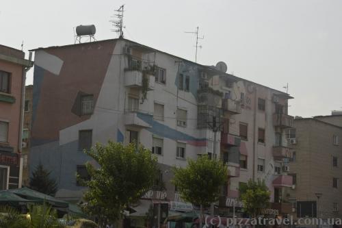 Многие дома в Тиране раскрашены разными цветами