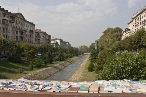 В Албании, судя по всему, любят читать, книги продаются на каждом углу.