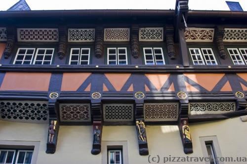 Интересные окна в городской ратуше