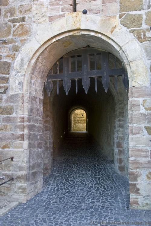 Вход в замок через длинный тоннель