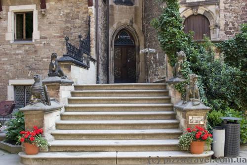 Интересный вход в замок со скульптурами животных по бокам