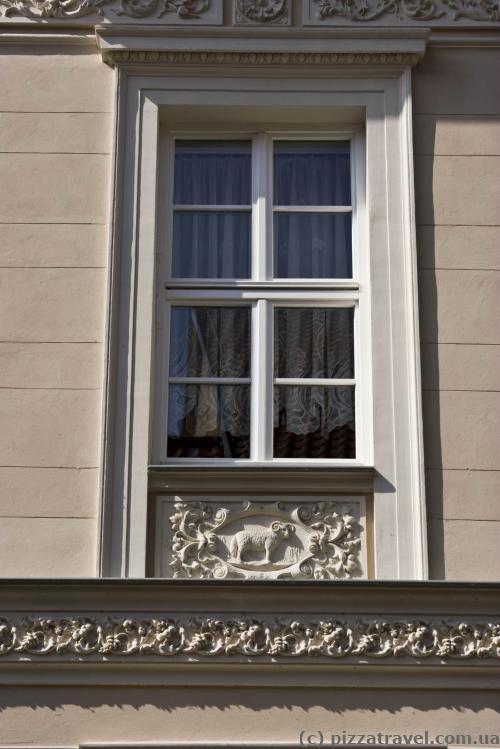 Дом с 12 окнами, под каждым окном знак зодиака - Овен
