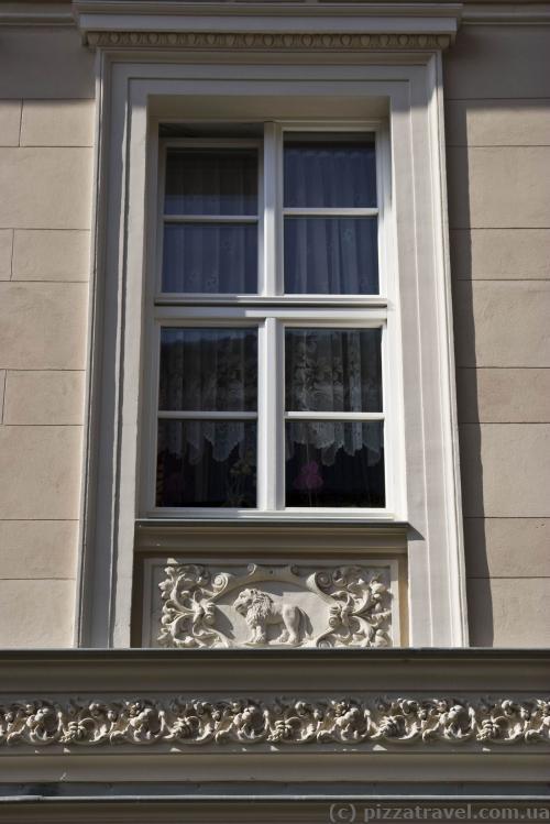 Дом с 12 окнами, под каждым окном знак зодиака - Лев