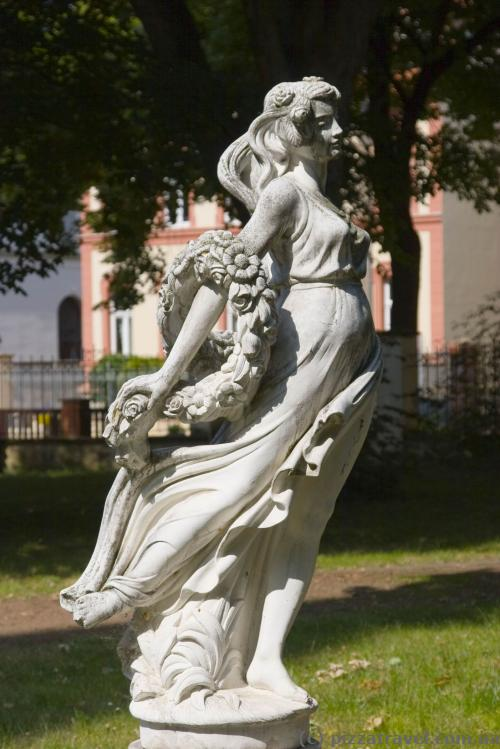 Скульптура во дворе Замкового отеля