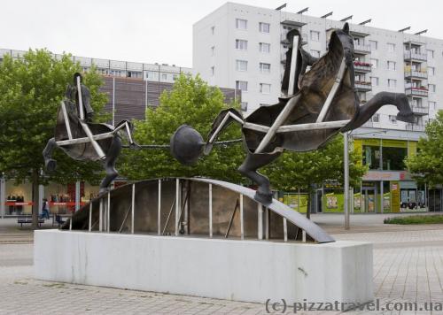 Сзади скульптура пустая