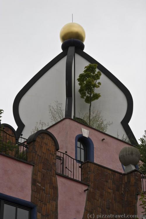 Эту башенку Хундертвассер сделал, взяв за основу православную церковь.