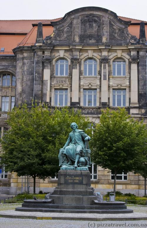 Памятник Отто фон Герике