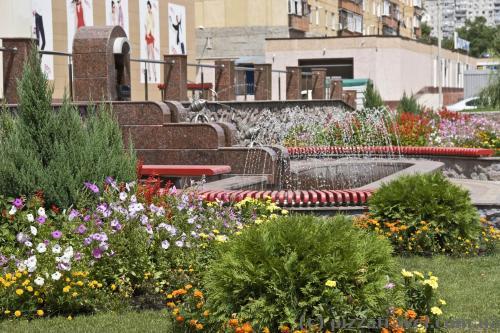 Облагороженные дворики на улице Октябрьской революции