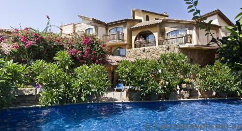 Красивый бассейн в отеле Roman