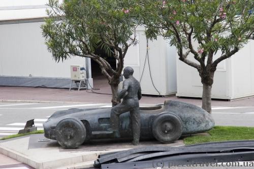 Памятник Хуану Мануэлю Фанхио и его болиду Mercedes-Benz 196