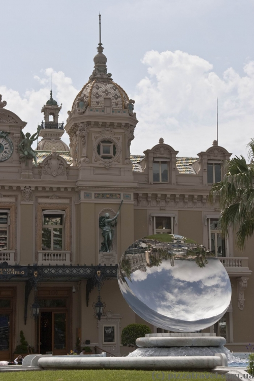 Кривое зеркало перед казино в Монте-Карло