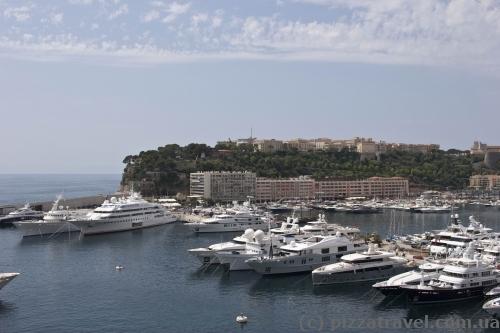 Вид на гавань и старый город в Монако