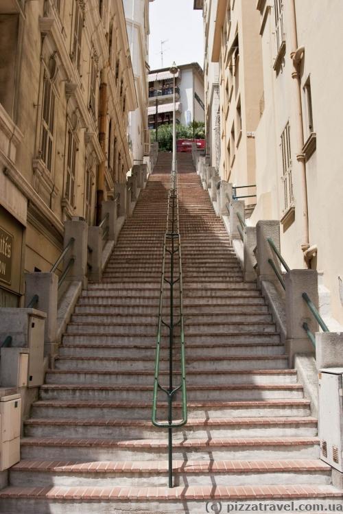Монако расположен на склоне гор, такие лестницы повсюду
