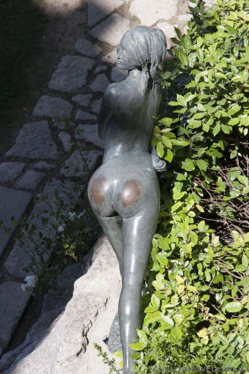 А эта скульптура, как видим, особенно популярна у туристов