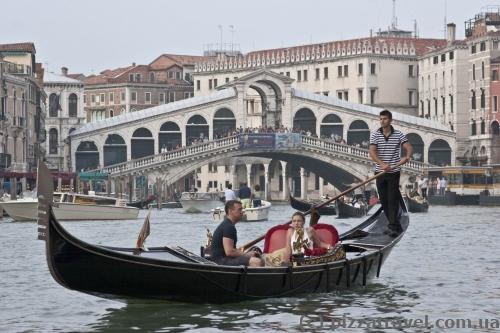 Два символа Венеции: мост Риальто и гондола