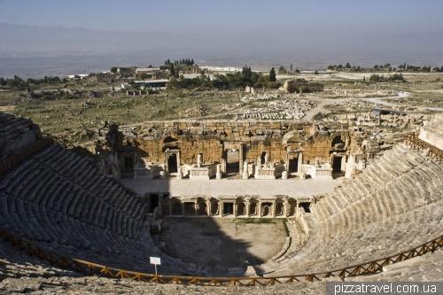 Один из крупных античных театров в Турции, вместимость — 10-12 тыс. зрителей
