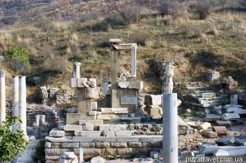 Монумент Меммиус в Эфесе