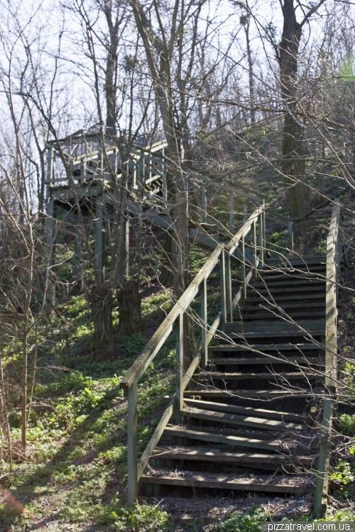 Заброшенная лестница от дома к ресторану