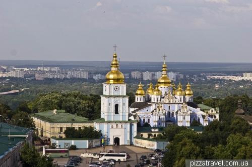 Вид на Михайловский собор с Колокольни Софийского собора
