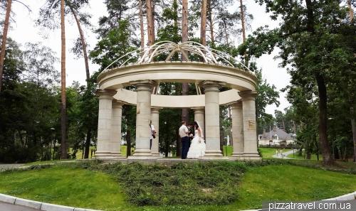 Ротонда в городском парке в Буче
