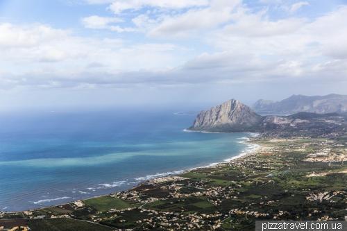 Еріче, вид на узбережжя і гору Monte Cofano
