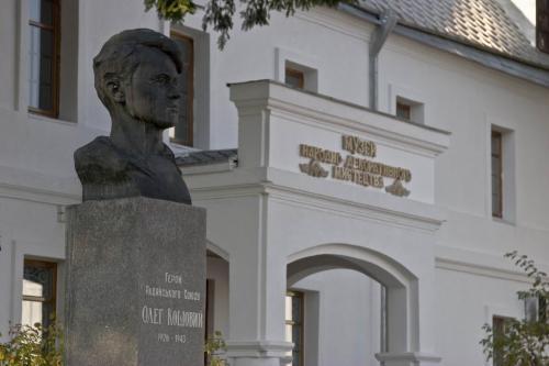 Памятник герою Советского Союза Олегу Кошевому