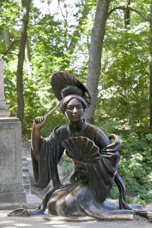 Скульптура возле китайского мостика