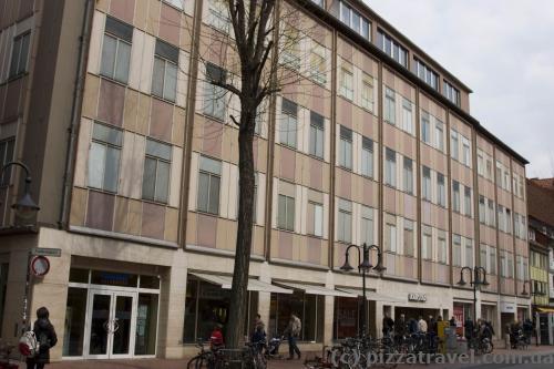 Ужасное здание Karstadt в самом центре старого города
