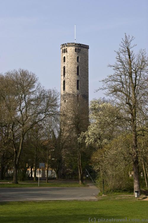 Остатки средневековой городской стены 12 века (реконструирована в 15 веке)