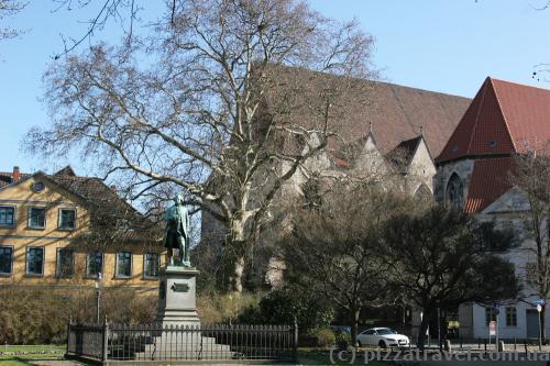 Пам'ятник німецькому поету Готхольду Лессінгу