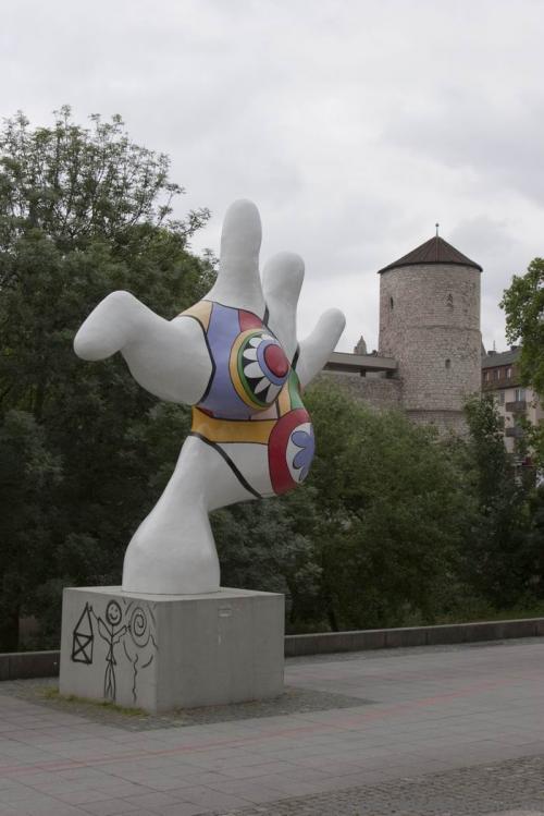 После установки скульптур были протесты горожан.