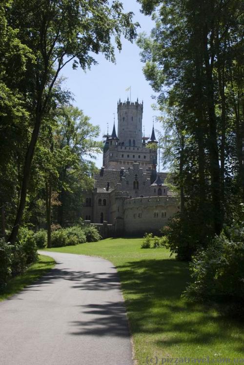 Замок Мариенбург со стороны автостоянки