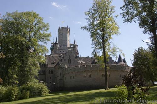 Перед замком расположена большая поляна, на которой можно отдохнуть.