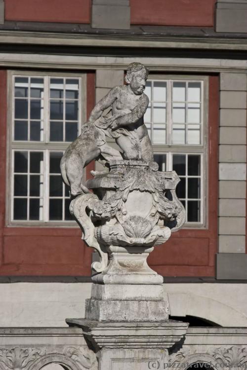 Скульптура возле дворца в Вольфенбюттеле