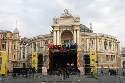 Сцена перед Оперним театром