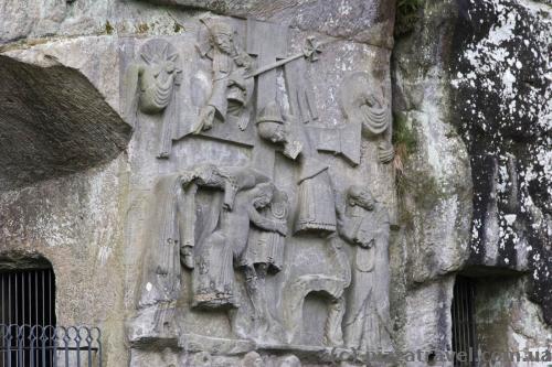 Барельеф со сценой снятия Христа с распятия