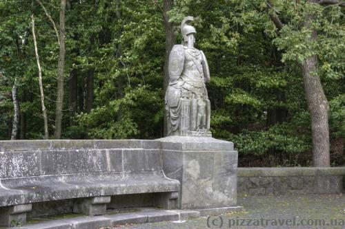 Скульптура возле памятника Арминию