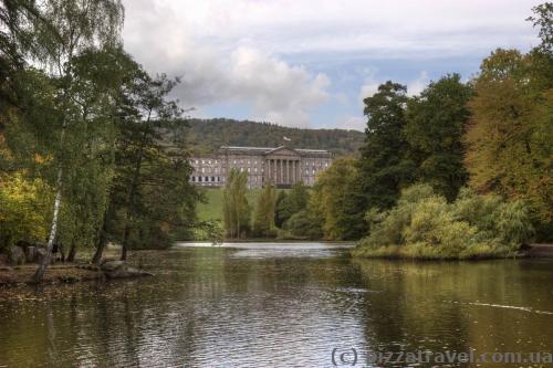 Вид на озеро и дворец Вильгельмсхёэ