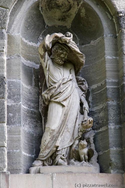 Скульптура на стене дворца Вильгельмсхёэ
