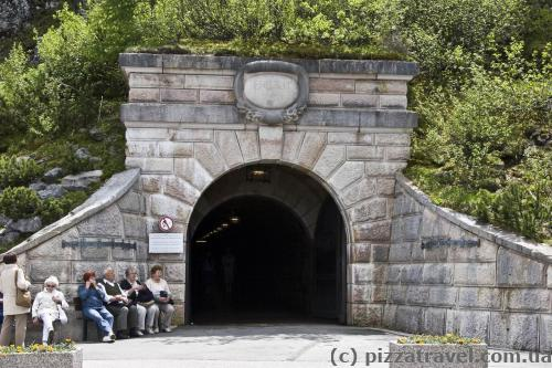 Вход в тоннель и бабушки на завалинке =)