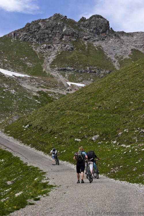 Cyclists, conquerors of mountains
