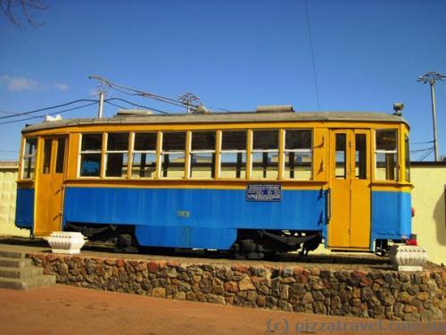 Памятник трамваю возле трамвайного депо