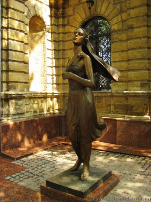 Скульптура возле загса