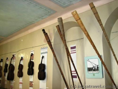 Музей внутри замка. Справа трембиты - гуцульские народные музыкальные инструменты
