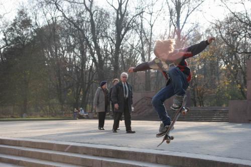 Скейтбордисты перед университетом