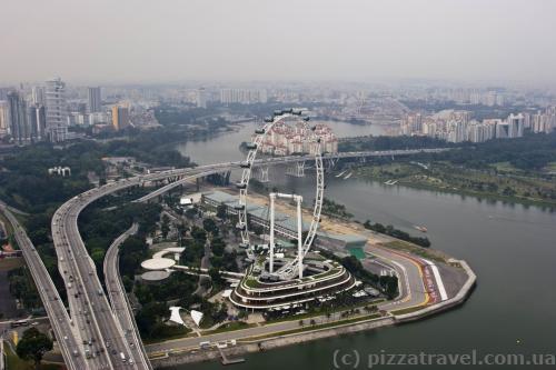 Вид на колесо обозрения с крыши Marina Bay Sands