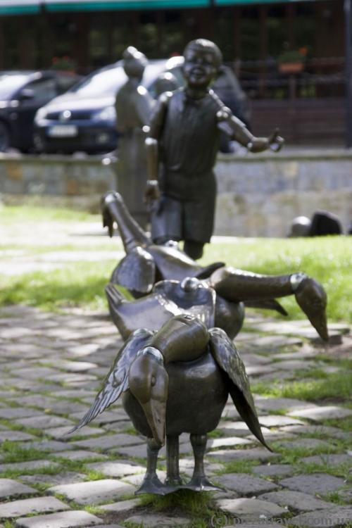 Скульптура на берегу реки Падер