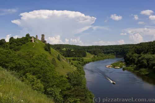 Панорама замка в Губкове и реки Случ